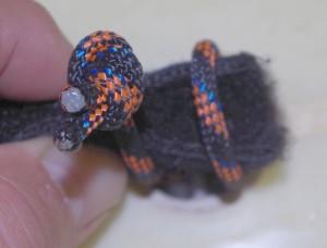 Velcro plié pour passer dans la boucle