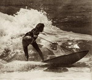 Premier leash utilisé en compétition en 1971, relié à l'avant du surf et au poignet